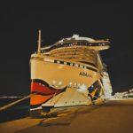 AIDAprima bei Nacht im Hafen von Palma de Mallorca.