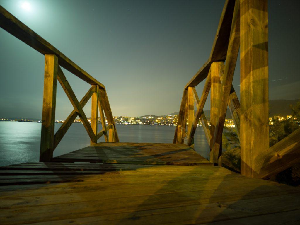 Brücke zum Steinstrand vom Hafen in Palma de Mallorca
