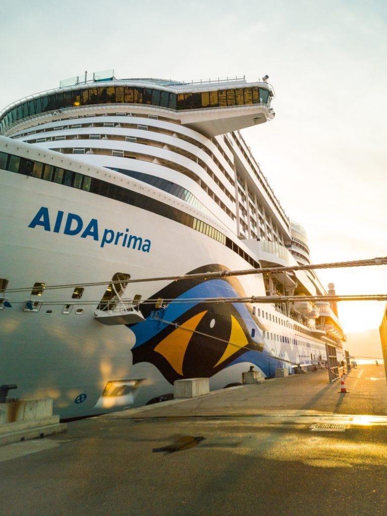 AIDAprima beim Sonnenaufgang im Hafen von Ajaccio