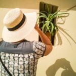 Katharina und die Pflanze im Fenster.