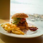 Chrispy Chicken Burger über Ajaccio